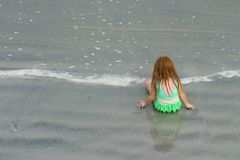 Petite fille jouant sur la plage Photo libre de droits