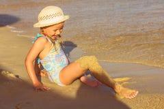Petite fille jouant sur la plage Image libre de droits