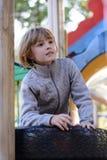 Petite fille jouant sur le terrain de jeu Photographie stock