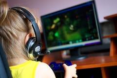 Petite fille jouant un ordinateur image stock