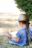 Petite fille lisant un livre Images stock