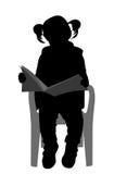 Petite fille lisant une silhouette de livre Image stock