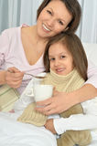 Petite fille malade avec la mère Photo stock