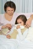 Petite fille malade avec la mère Photos libres de droits