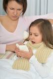Petite fille malade avec la mère Images libres de droits