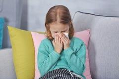 Petite fille malade avec la serviette images stock