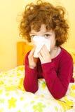 Petite fille malade soufflant son nez image stock