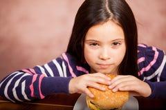 Petite fille mangeant de la nourriture industrielle image stock