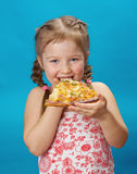 Petite fille mangeant de la pizza Photo libre de droits