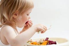 Petite fille mangeant des légumes photo libre de droits