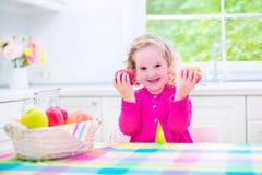 Petite fille mangeant des pommes Photo libre de droits