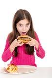 Petite fille mangeant des pommes de terre photos libres de droits