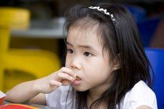 Petite fille mangeant des pommes frites Photographie stock libre de droits