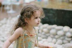 Petite fille mangeant des pommes frites au café ou au restaurant photo stock
