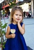 Petite fille mangeant la crême glacée Photographie stock libre de droits