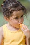 Petite fille mangeant la mandarine images libres de droits