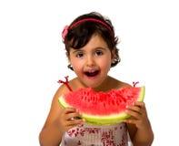 Petite fille mangeant la pastèque Photographie stock libre de droits