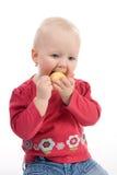 Petite fille mangeant la pomme Photographie stock libre de droits
