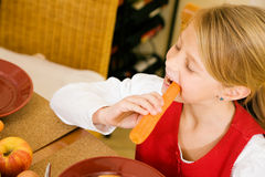 Petite fille mangeant le déjeuner Images stock