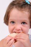 Petite fille mangeant le sandwich Images libres de droits