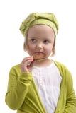 Petite fille mangeant un biscuit de chocolat. Image stock