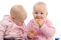 Petite fille mangeant un casseur Photo stock