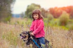 Petite fille marchant avec le crabot Images stock