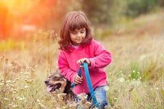 Petite fille marchant avec le crabot Photos stock