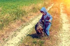 Petite fille marchant avec le crabot Photographie stock libre de droits