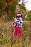Petite fille marchant dans la forêt Image stock