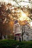 Petite fille marchant en stationnement Images libres de droits