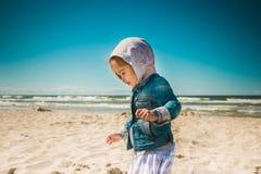Petite fille marchant par la mer Image libre de droits