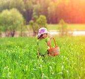 Petite fille marchant sur le champ vert Images stock