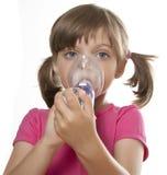 Petite fille mauvaise à l'aide de l'inhalateur Photos stock