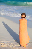 Petite fille mignonne à la plage Image libre de droits
