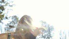 Petite fille mignonne étreignant sa mère en parc d'automne banque de vidéos