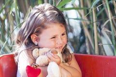 Petite fille mignonne étreignant son jouet préféré Photographie stock libre de droits