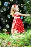 Petite fille mignonne avec des bulles Photographie stock