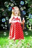 Petite fille mignonne avec des bulles Photographie stock libre de droits