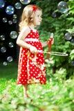 Petite fille mignonne avec des bulles Photo stock