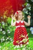 Petite fille mignonne avec des bulles Images libres de droits