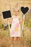 Petite fille mignonne avec des plats Photographie stock libre de droits