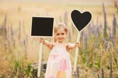 Petite fille mignonne avec des plats sur la nature Photo libre de droits
