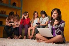 Petite fille mignonne avec l'ordinateur portatif Image libre de droits