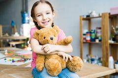 Petite fille mignonne avec l'ours de nounours Photos stock