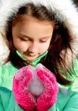 Petite fille mignonne avec la boule de neige Photos libres de droits