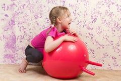 Petite fille mignonne avec la boule gymnastique photographie stock