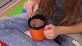 Petite fille mignonne avec la tasse de la boisson chaude de cacao banque de vidéos