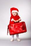 Petite fille mignonne avec la valise de Noël photos libres de droits