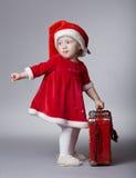 Petite fille mignonne avec la valise de Noël images stock